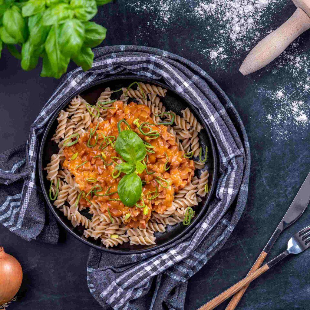 Snabb korvsås med pasta Recept